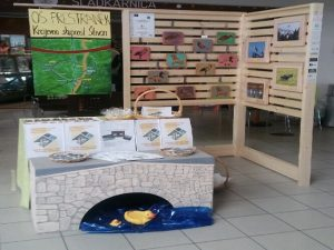 Razstava turistične stojnice 'Spominek mojega kraja' v TIC Galeriji v Postojni